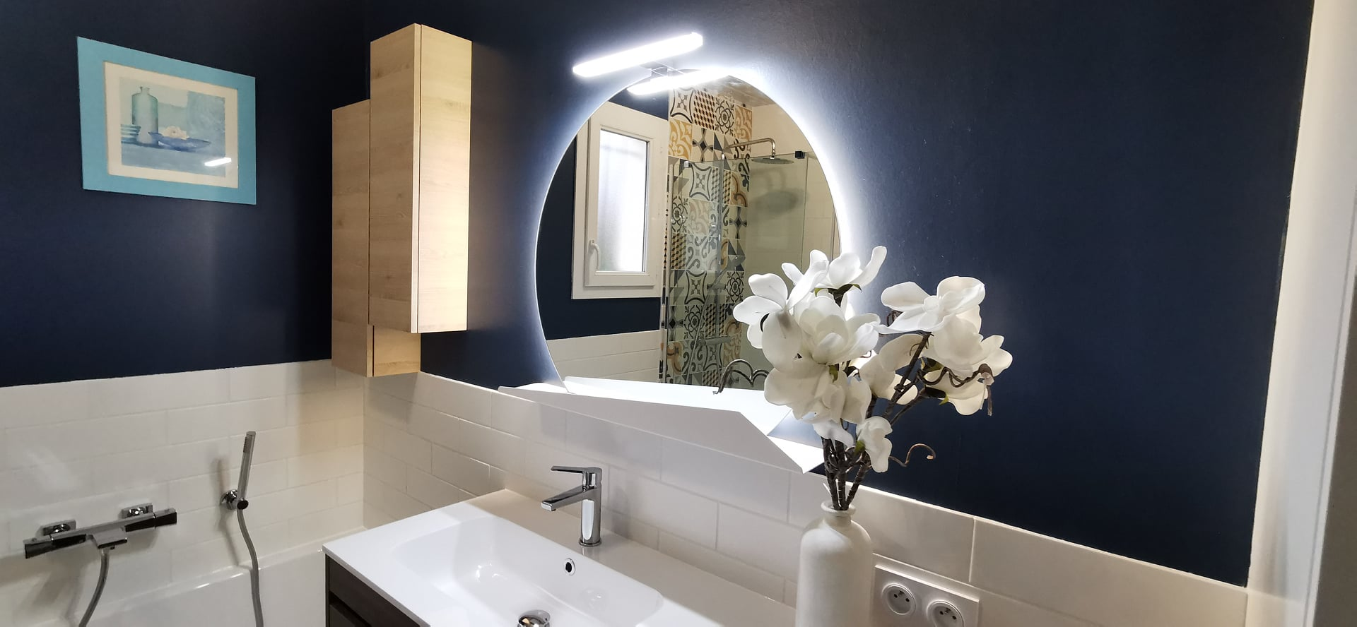 salle bain nature flashy vitaminée mobilier bleu