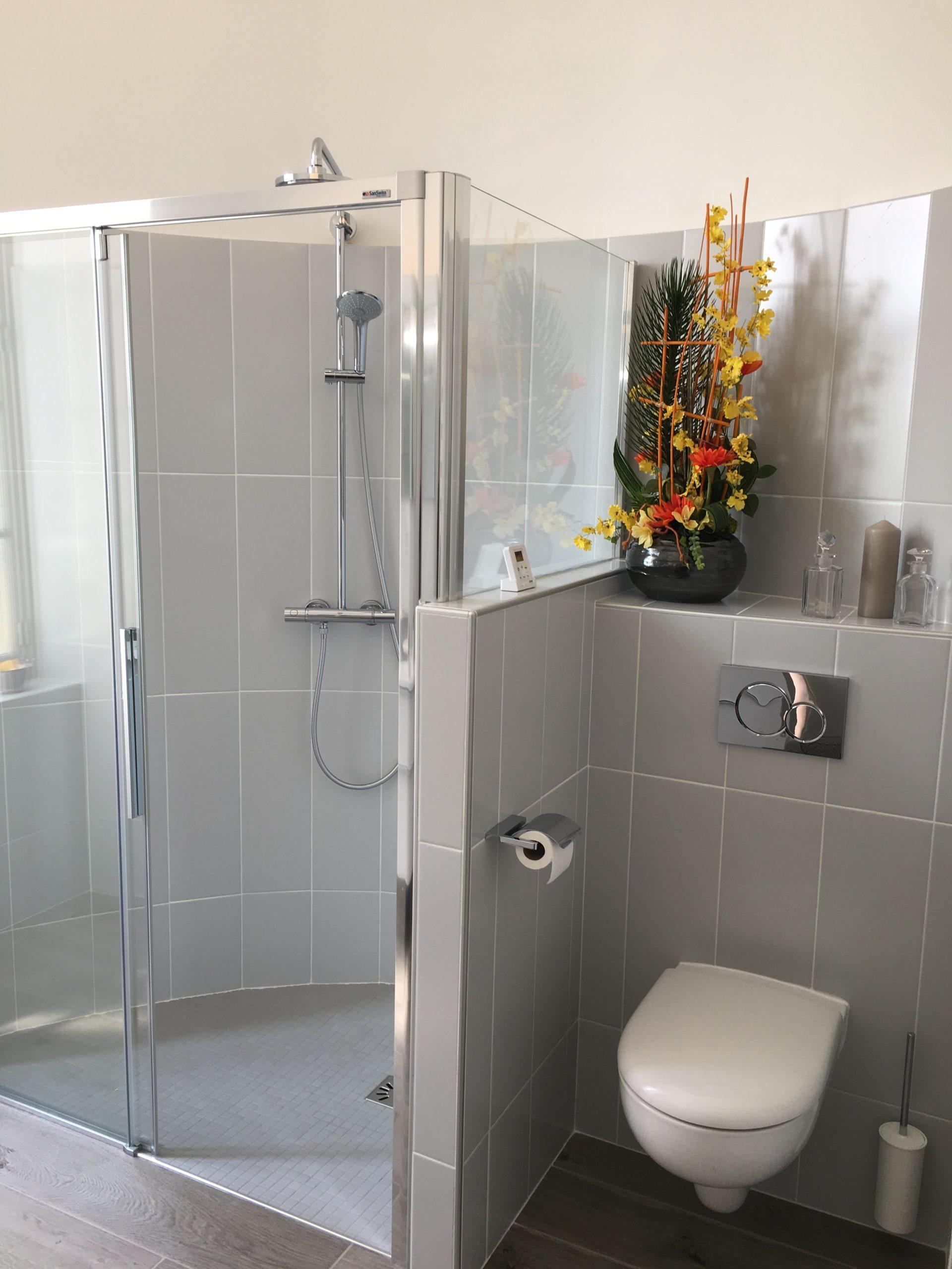 salle bain scandinave bois minimaliste douche sanitaire