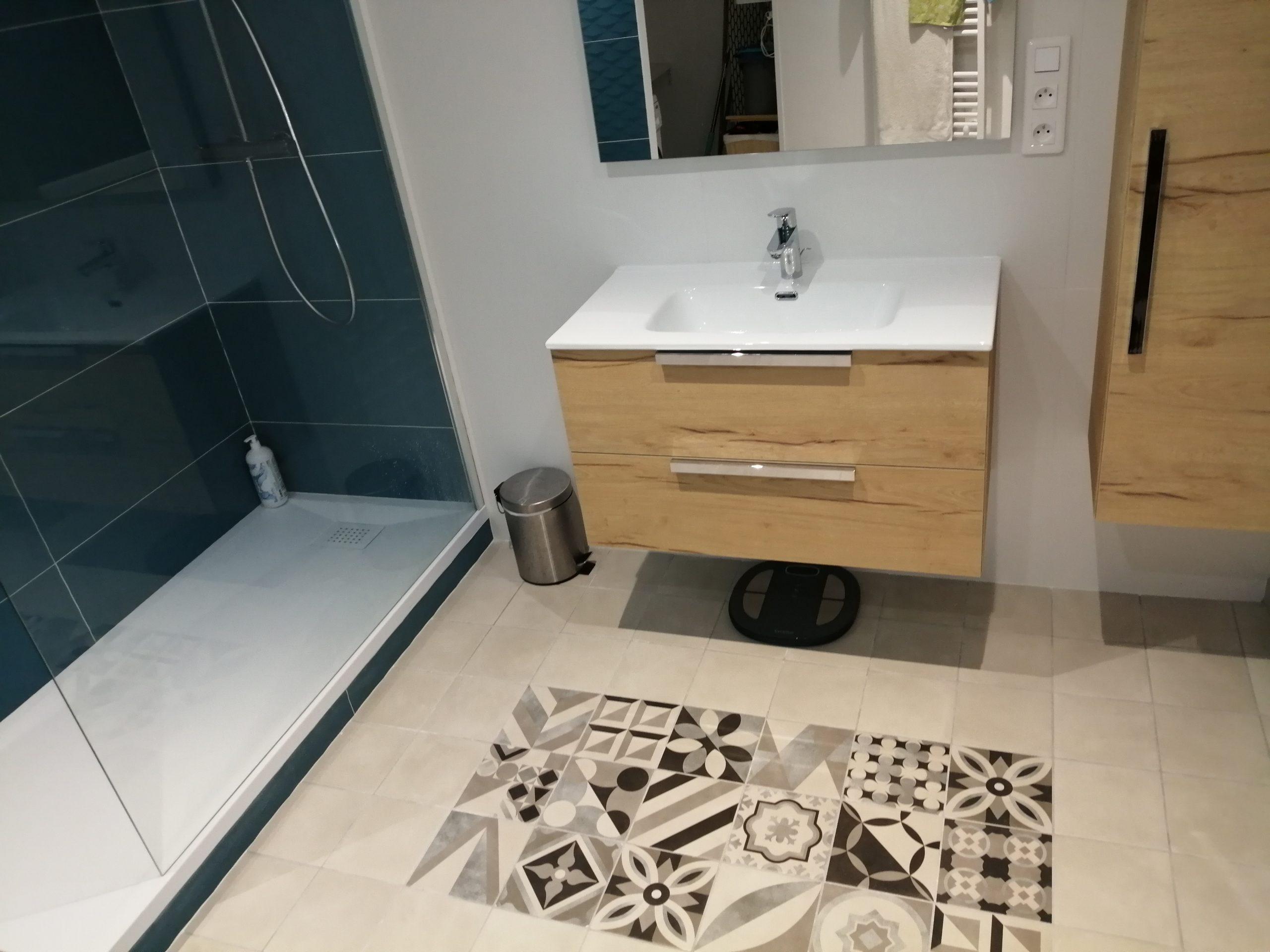 projet salle bain douche moderne coloree