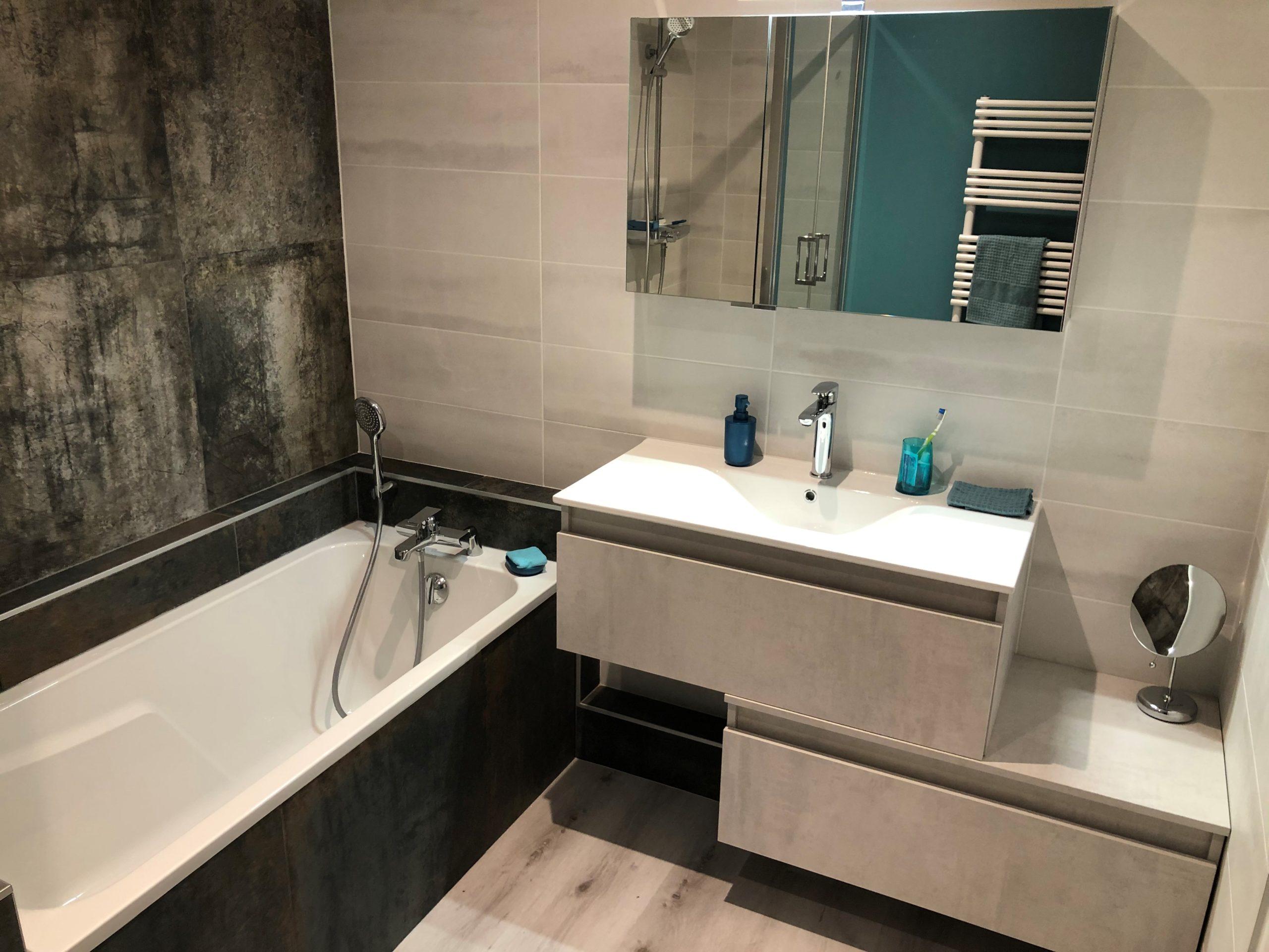 projet salle bain originale coloree baignoire mobilier