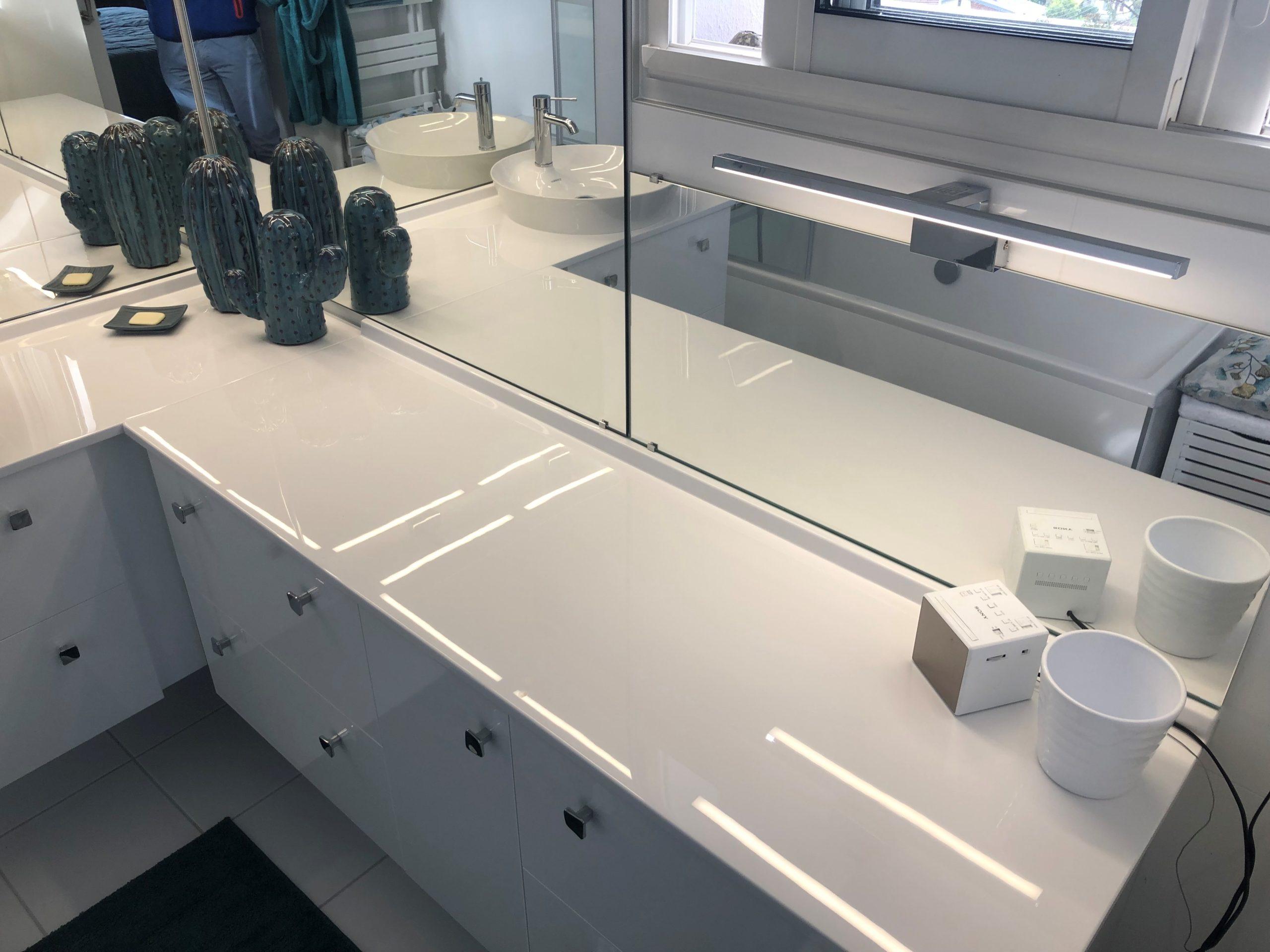projet salle bain sur-mesure pratique sobre mobilier vasque miroir apres