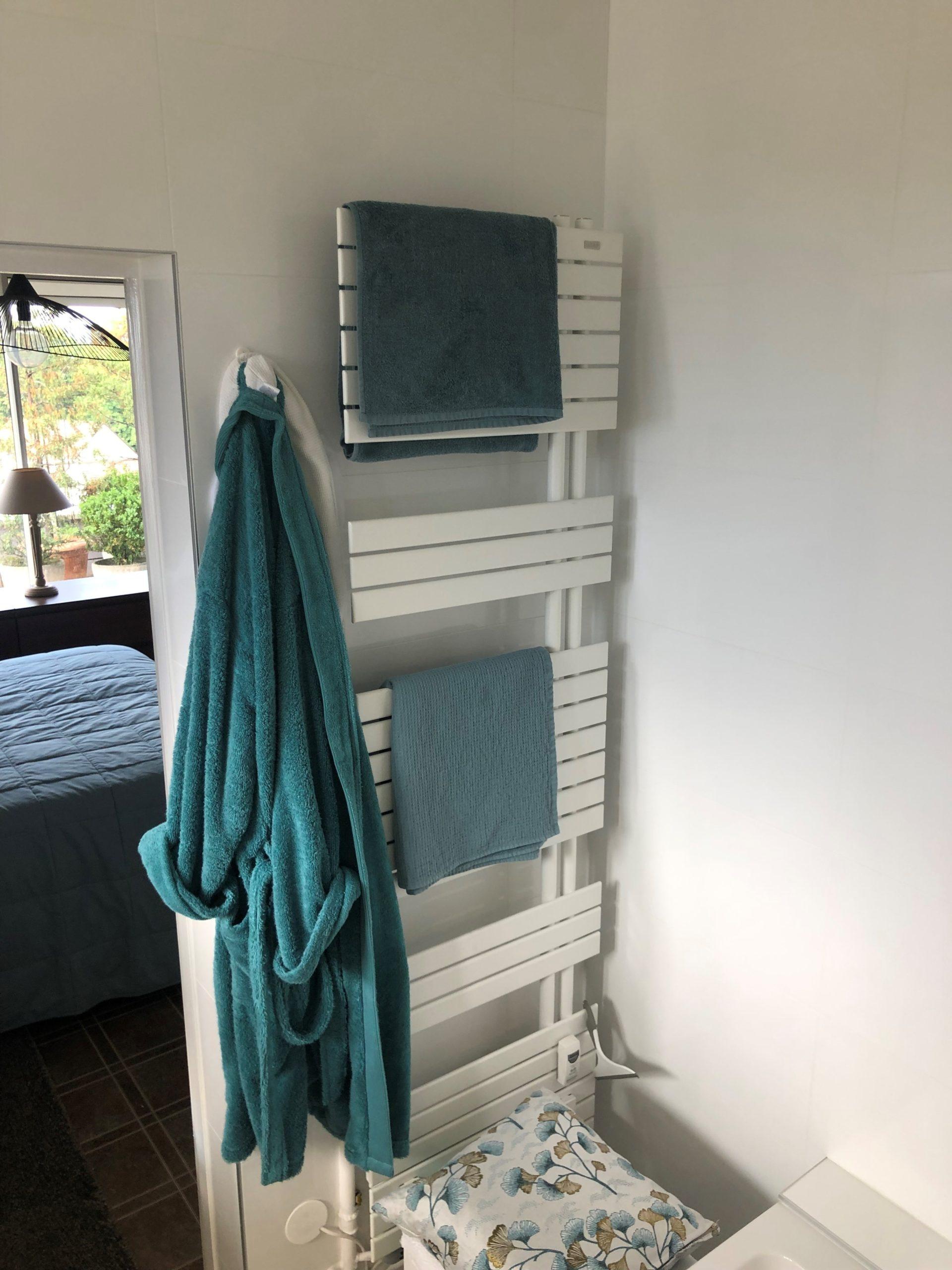 projet salle bain sur-mesure pratique sobre seche serviettes apres